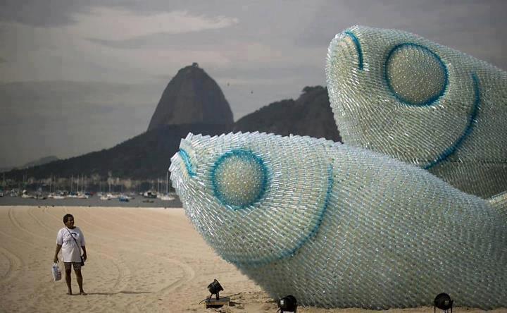 Sculpturen van flessen op het populaire Botafogo Beach (Rio de Janeiro)
